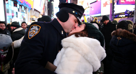 A couple kisses while they celebrate the New Year in Times Square in Manhattan, New York, U.S., January 1, 2018. REUTERS/Amr Alfiky - RC13B396B2A0